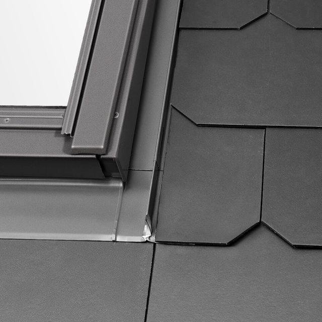 Slate flashing with one piece side element